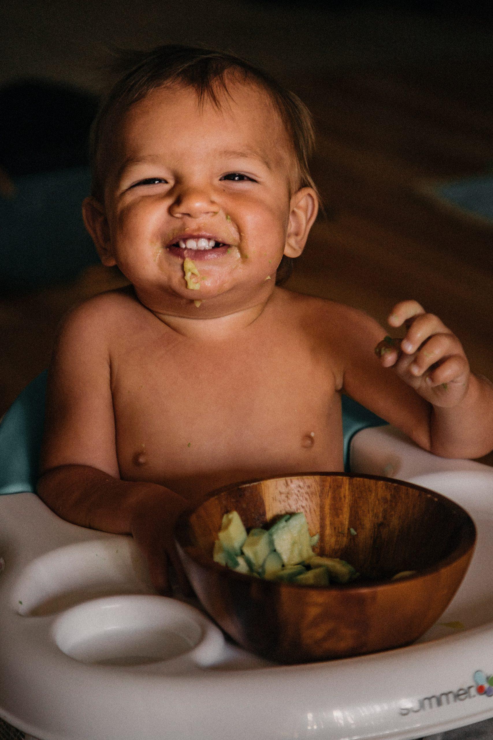 Comer com a mão ajuda o desenvolvimento infantil
